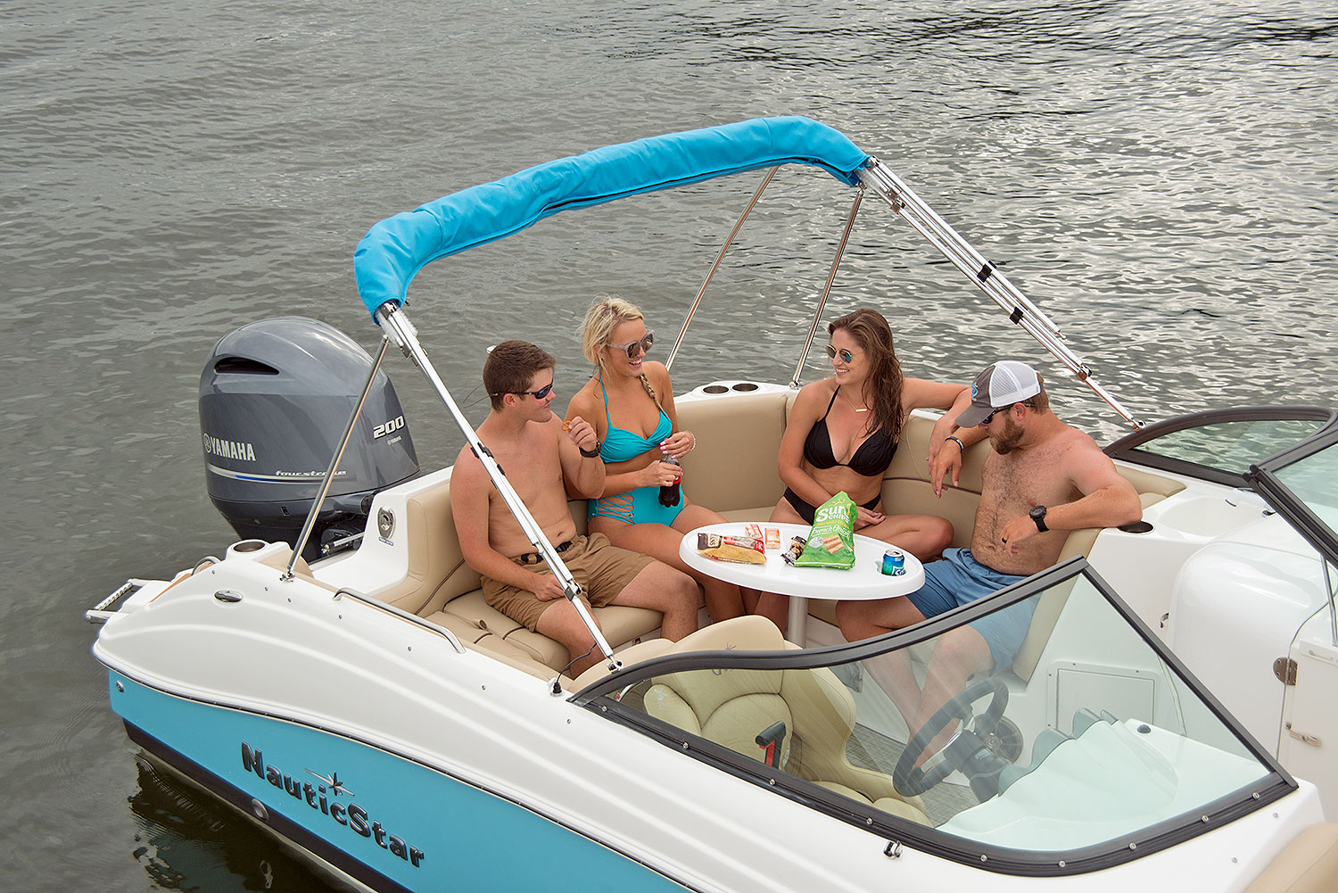 Two women and men eating and drinking on the NauticStar 223 DC